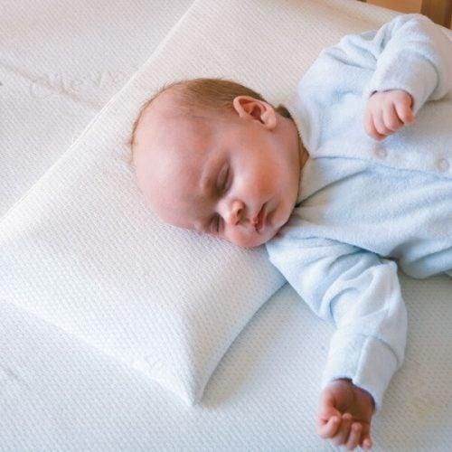 Un bébé endormi sur un oreiller
