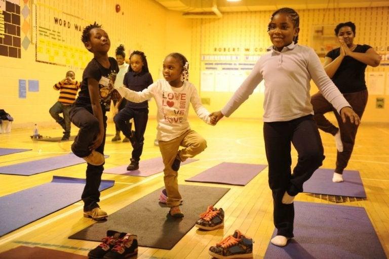 Enfants réalisant des exercices de yoga déchaussés