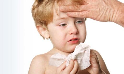 Petit garçon enrhumé avec de la fièvre, symptômes de la pneumonie chez les enfants