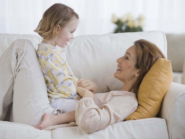 Calin entre mère et petite fille