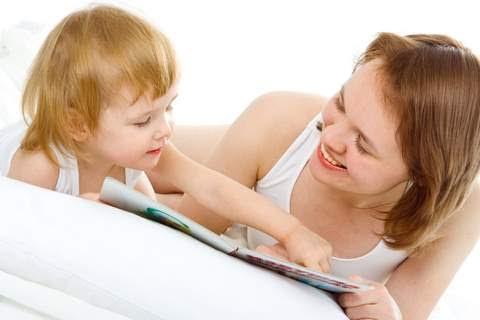 Maman en train de lire une histoire à son enfant