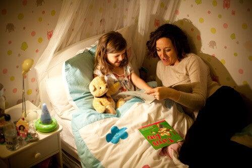 Maman en train de lire une histoire pour aider son enfant à dormir
