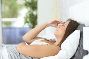 Femme couchée souffrante