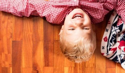 Comment apprendre l'autodérision à votre enfant