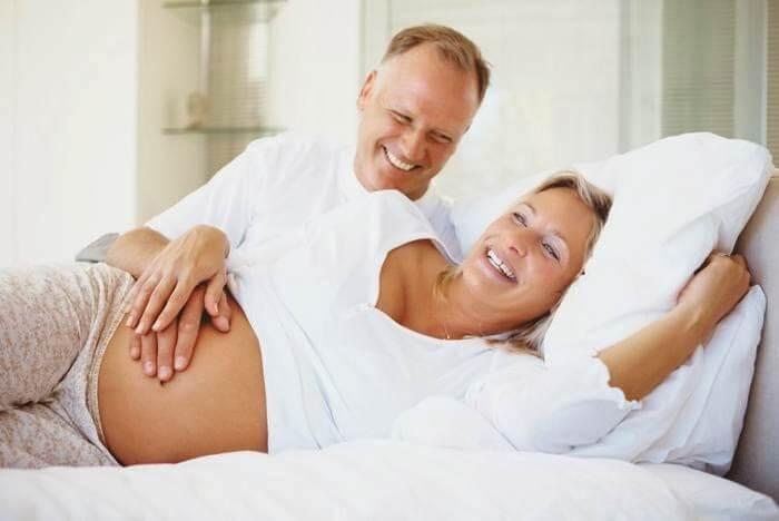 Une femme enceinte allongée sur le côté, une position pour bien dormir pendant la grossesse