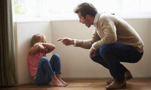 Une petite fille se fait gronder par son père et peut souffrir des effets psychologiques des punitions de ses parents