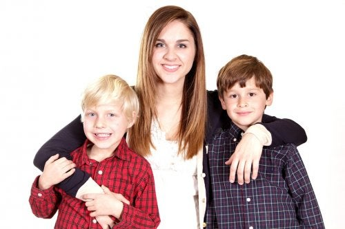 Deux garçons dans les bras de leur tante