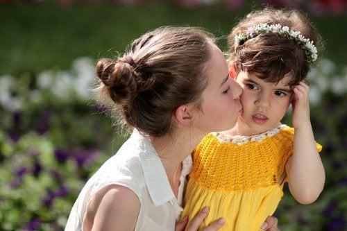 Une petite fille embrassée par sa tante
