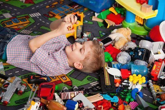 Enfant dans sa chambre avec beaucoup de jouets