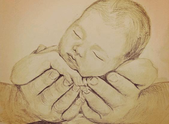 Un bébé endormi dans les mains d'un adulte