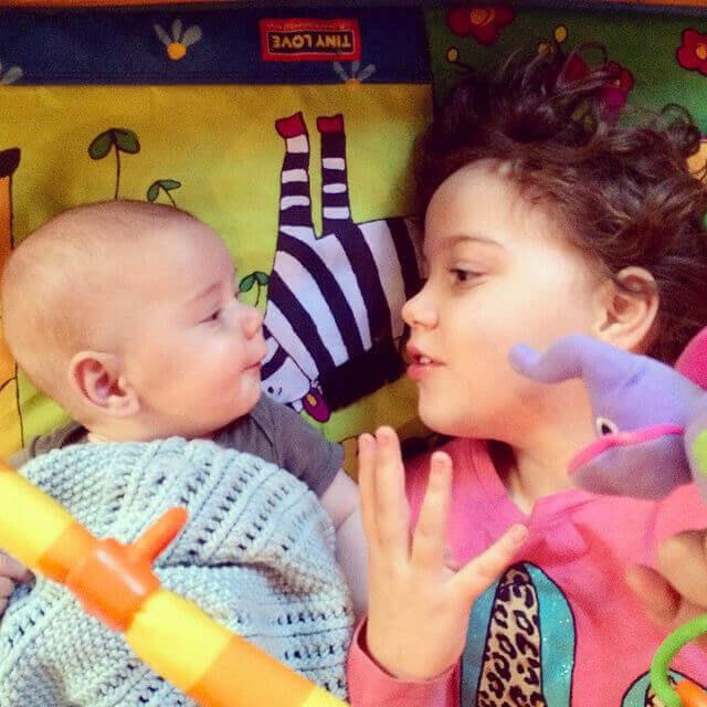 Une fillette parle avec un bébé