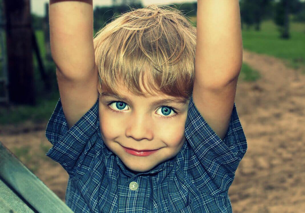Garçon blond aux yeux bleus dans un moment de jeu créatif