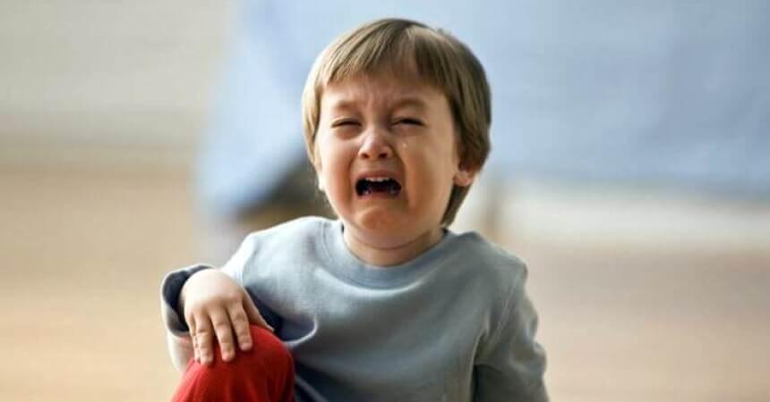 Um garotinho que caiu chorando