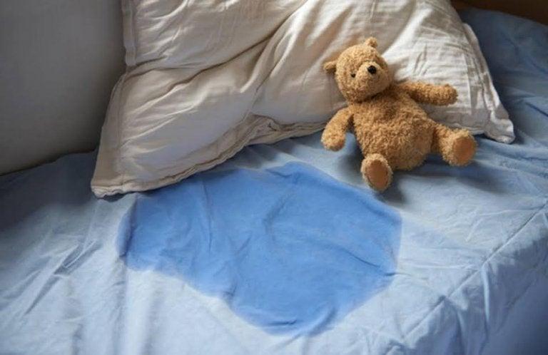 Lit mouillé par un enfant qui a fait pipi au lit