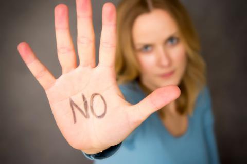Une femme qui dit non de la main
