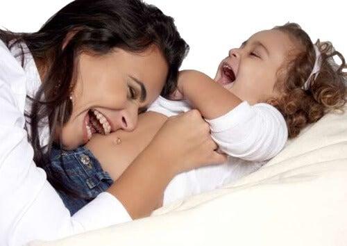Une maman joue avec sa petite fille