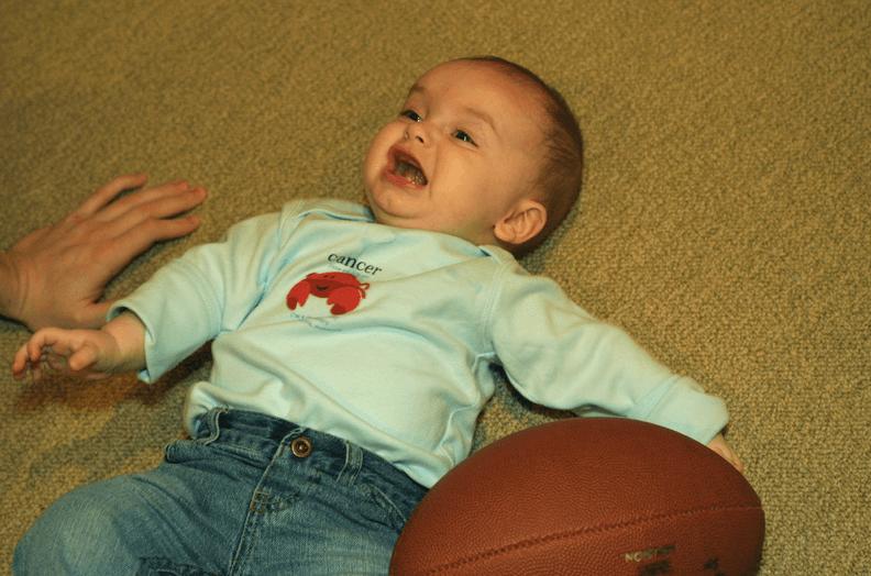 Un bébé tombé par terre