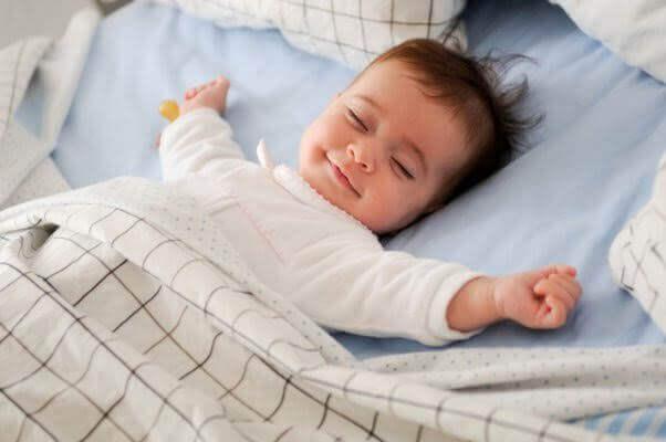 Bébé qui n'arrive pas à dormir, dans son lit