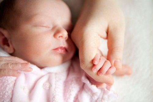 Pourquoi faut-il se laver les mains avant de toucher un bébé ?