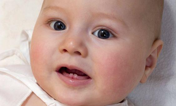Bébé avec deux dents qui poussent