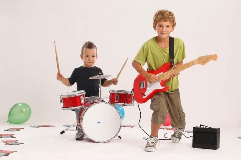 Enfants à la guitare et à la batterie, instruments dont l'apprentissage est bénéfique aux enfants