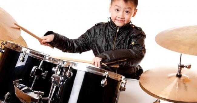 Enfant jouant de la batterie