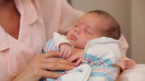 Ne prenez pas le bébé avant la maman après l'accouchement