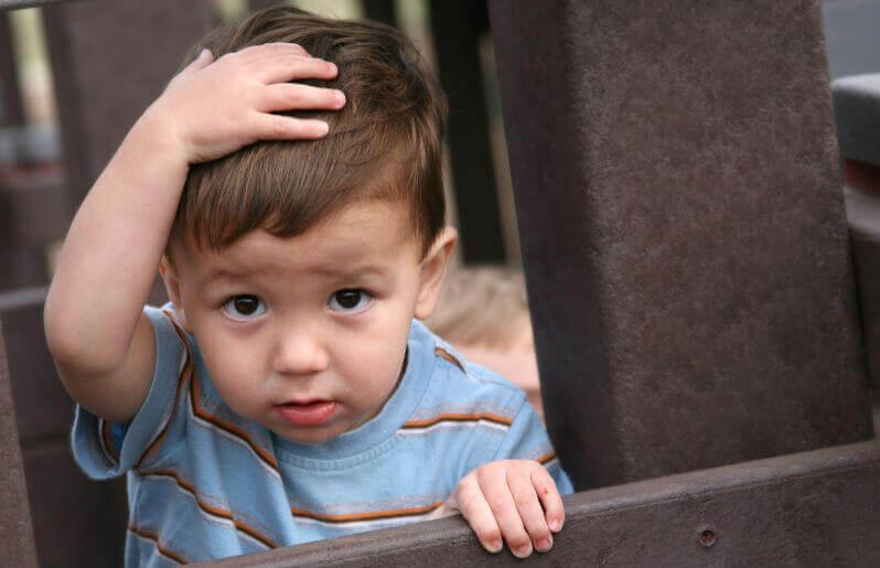 Un petit garçon qui s'est cogné la tête