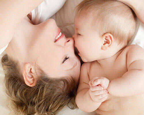 Bébé avec maman heureux