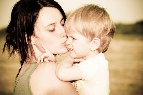 Une maman embrasse son petit garçon au lieu de le gronder