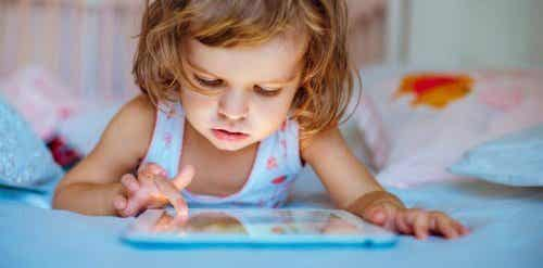 L'utilisation des écrans tactiles perturbe le sommeil de votre enfant