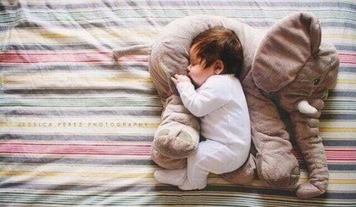 Vos enfants peuvent dormir avec des peluches ; elles les protègent