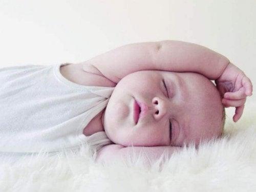 Pour la vue de l'enfant, il vaut mieux dormir dans le noir