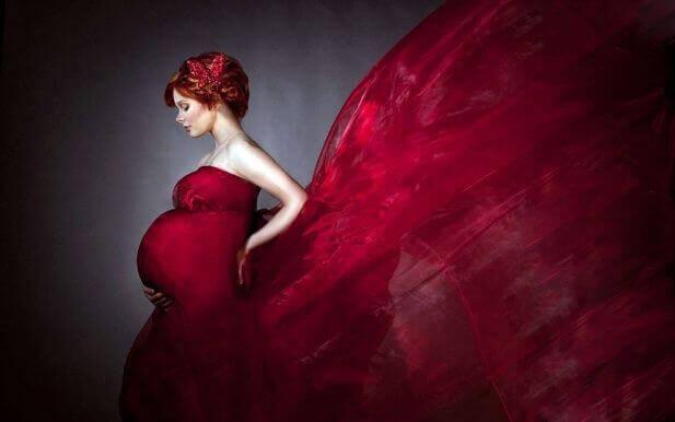 Illustration d'une femme enceinte avec une robe rouge volante