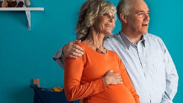 Une femme âgée enceinte avec son compagnon