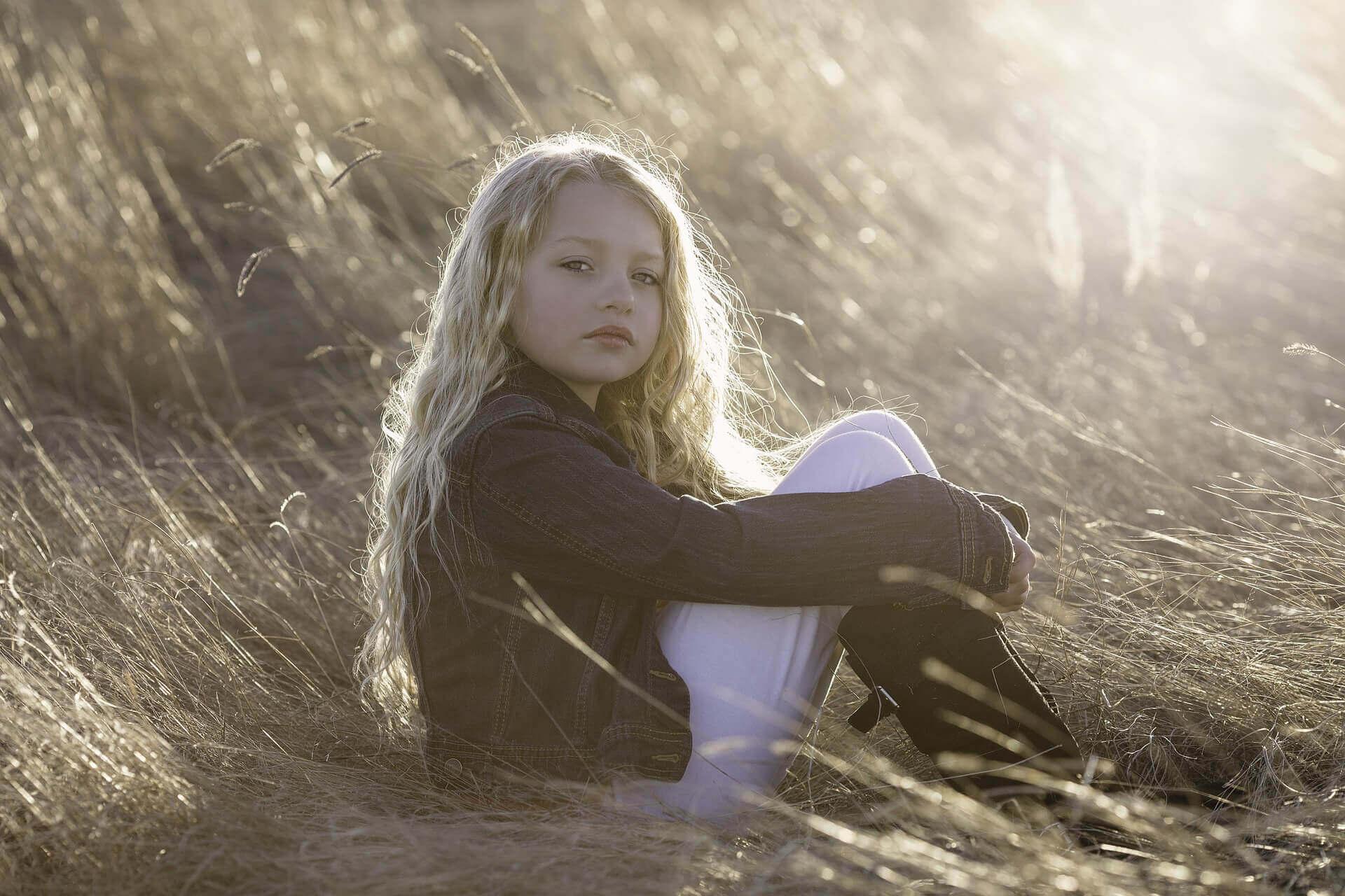 Une petite fille triste, une des conséquences de l'abandon du père