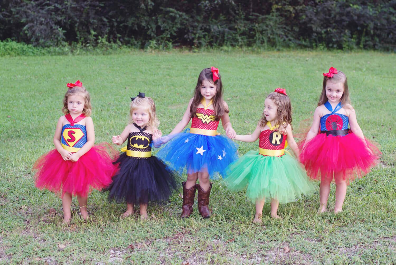 Des petites filles déguisées en super-héroïnes
