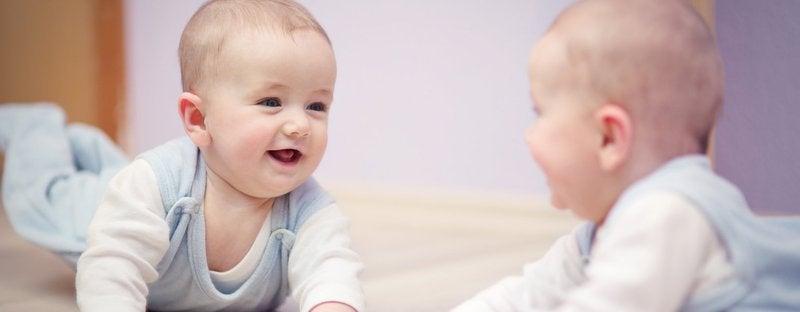 6 bienfaits de jouer avec votre bébé face au miroir