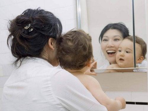 Prenez-le dans vos bras face au miroir