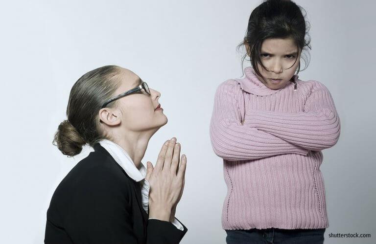 Une maman se plie aux désirs de sa petite fille fâchée