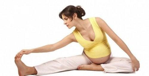 Une femme enceinte en séance d'étirements