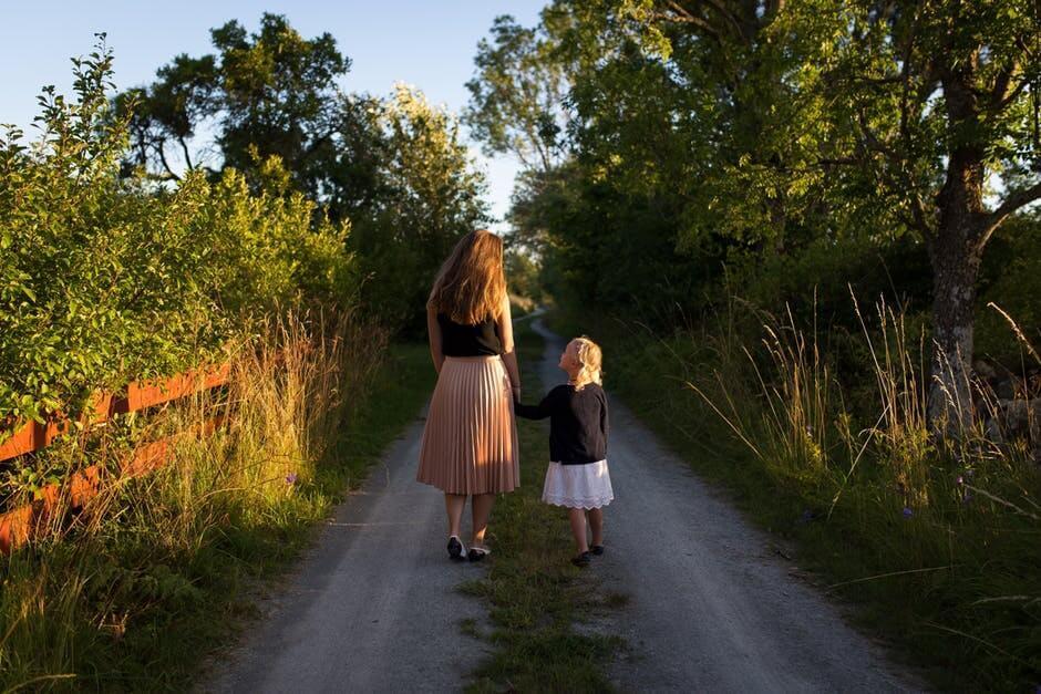 Une mère et sa fille main dans la main