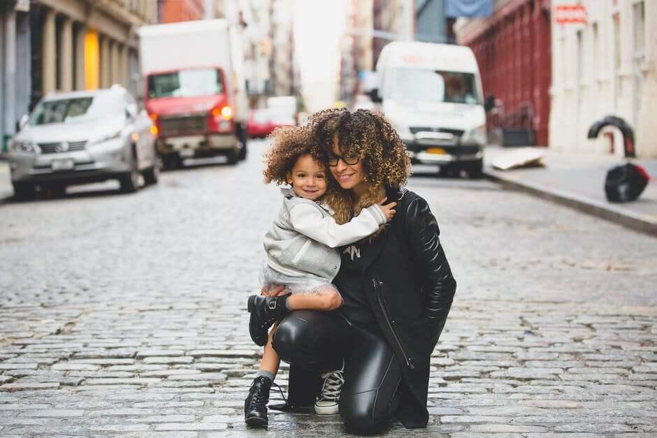 Une petite fille dans les bras de sa maman, comme des meilleures amies