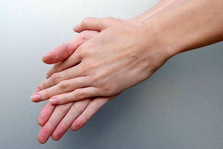 Un adulte se frotte les mains