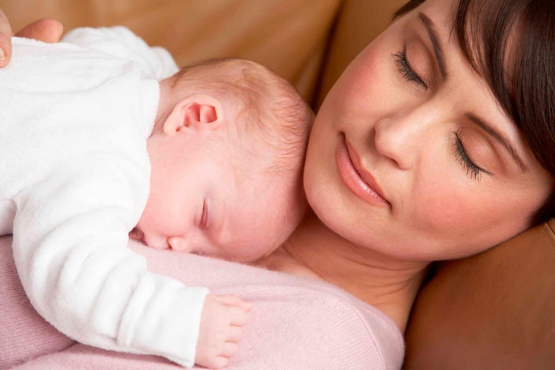 Bébé qui dort sur sa maman