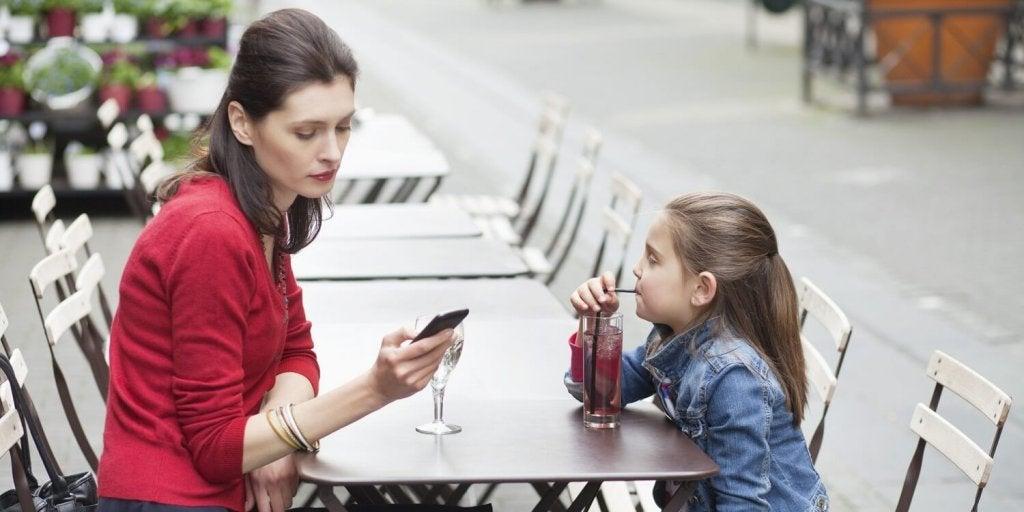 Votre addiction au téléphone fait du mal à votre enfant