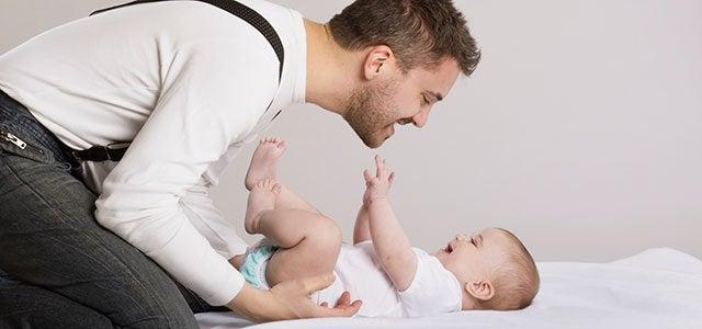 Papa jouant avec son bébé