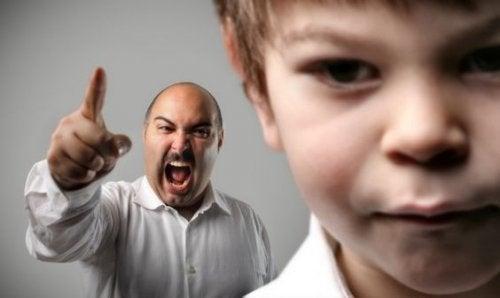 Père qui créé sur son fils, comportement de certains parents toxiques