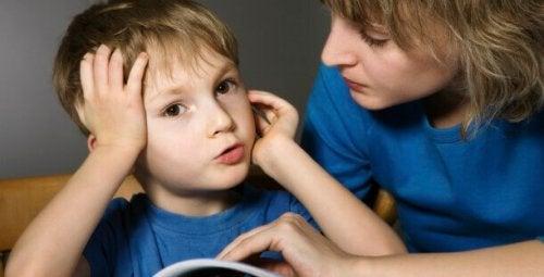 Une maman patiente à l'écoute de son petit garçon