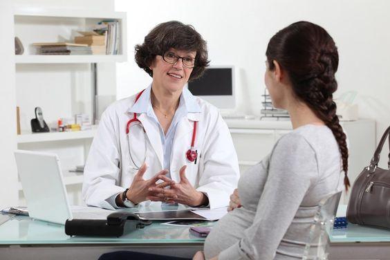 Une femme enceinte dans le cabinet de son médecin, l'occasion de discuter de son projet de naissance